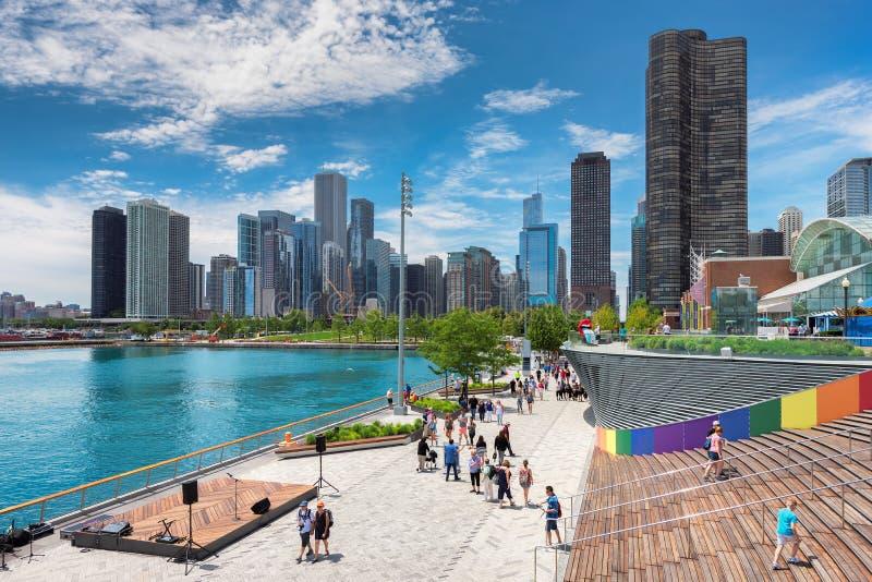 Marinpir- och Chicago horisont på den soliga dagen royaltyfria bilder