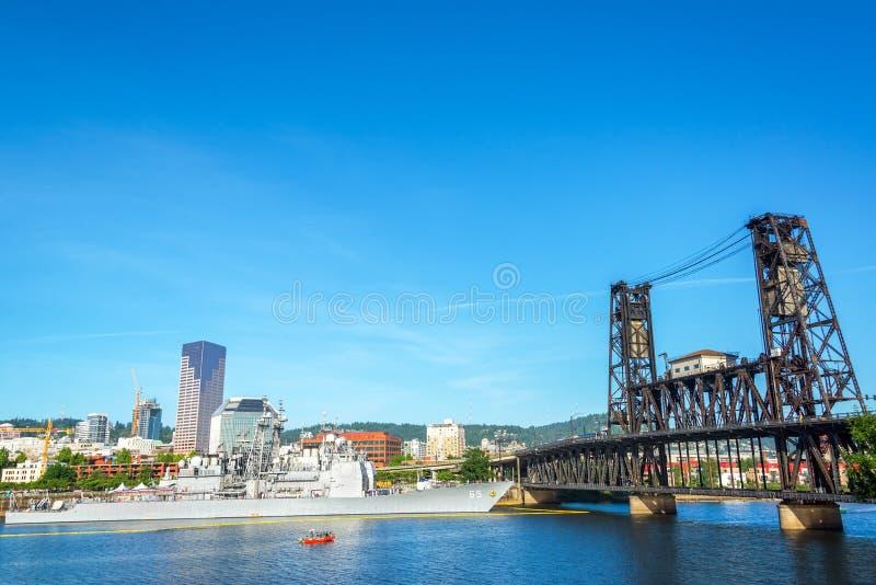 Marinskepp och stålbro arkivfoton