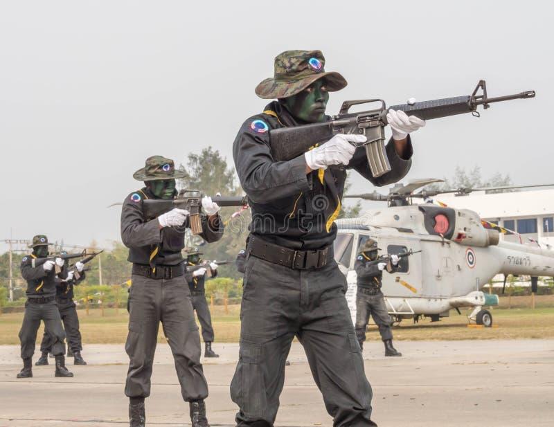 Marinskyddsremsalaget som utför stridutbildning i militär, ståtar av den kungliga thailändska marinen royaltyfria foton