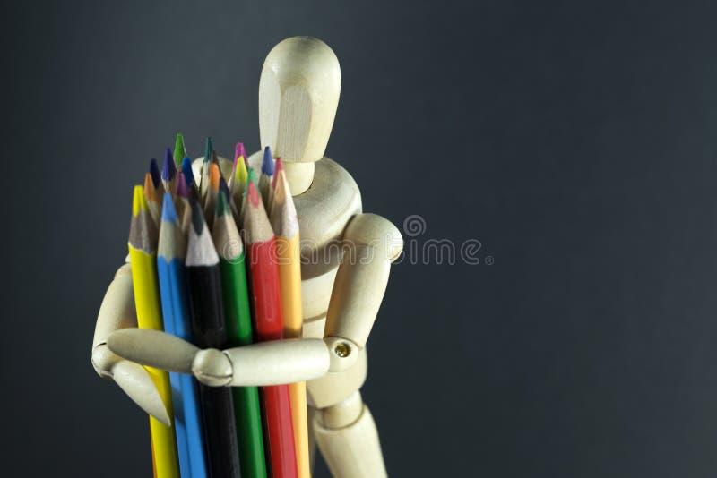 Marioneta de madera con los lápices del color fotos de archivo