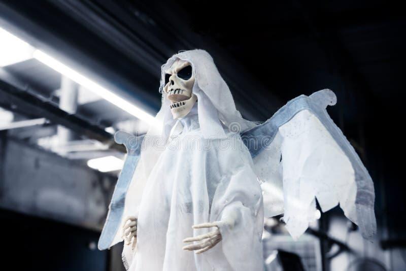 Marioneta fantasma de esqueleto como decoración para Halloween, día de los muertos fotografía de archivo libre de regalías