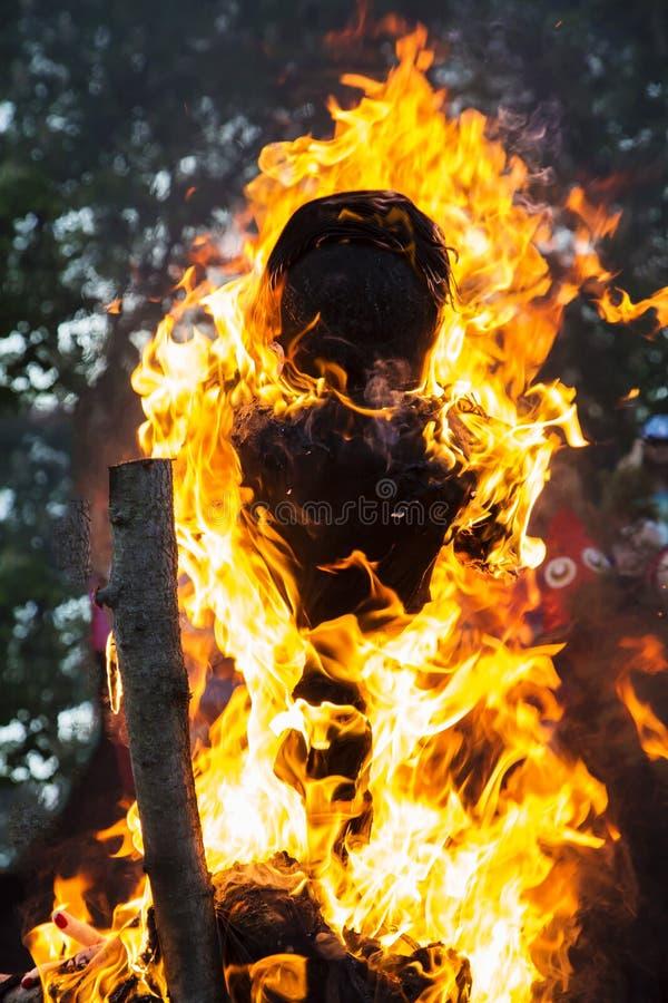Marioneta humana que quema en fuego en la noche de walpurgis fotografía de archivo libre de regalías