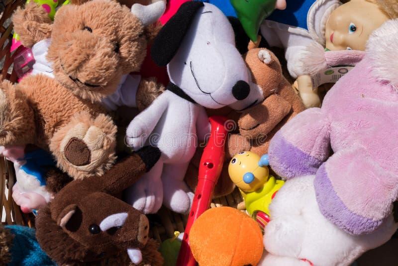 Marionetas coloridas del juguete en una cesta imagen de archivo