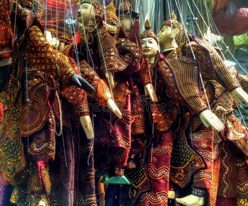 Marionetten angezeigt im orientalischen Stall stockfotos
