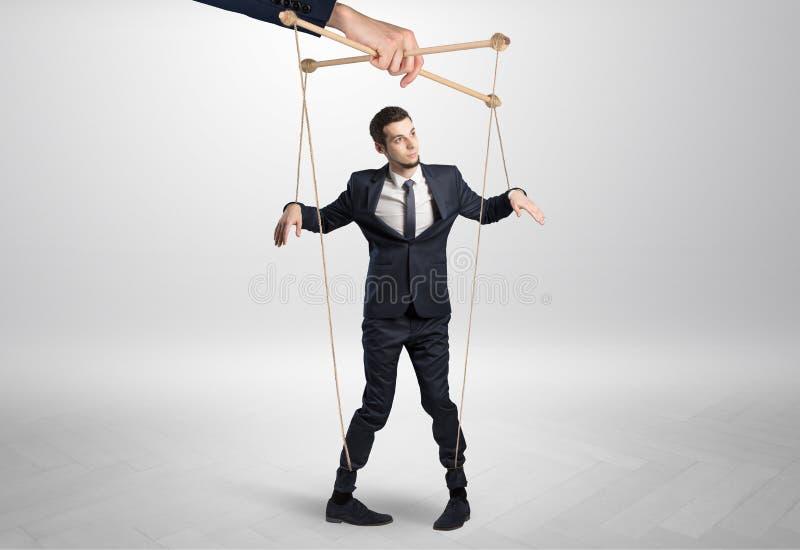 Marionettenzakenman leaded door een reusachtige hand stock foto's