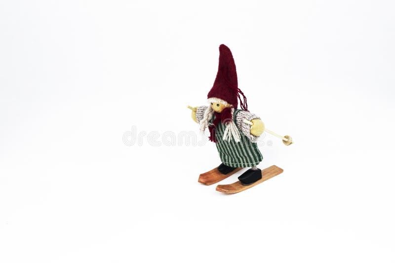 Marionnette de Girlie sur des skis d'isolement sur un fond blanc photos stock