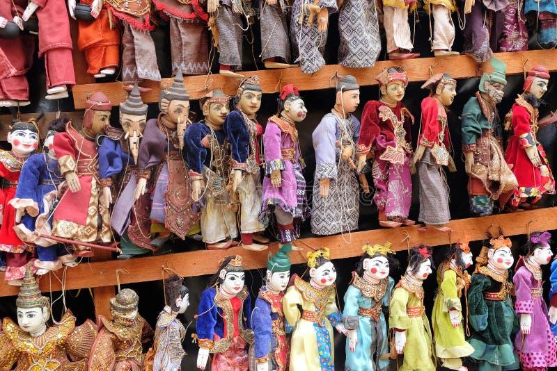 Marionnettes traditionnelles de la Birmanie accrochant en vente devant une pagoda à Mandalay, Myanmar images stock
