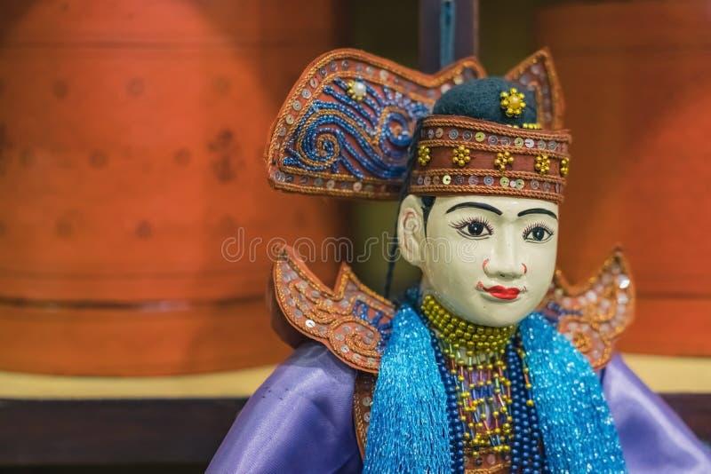 Marionnettes traditionnelles de travail manuel à vendre dans la pagoda antique image libre de droits