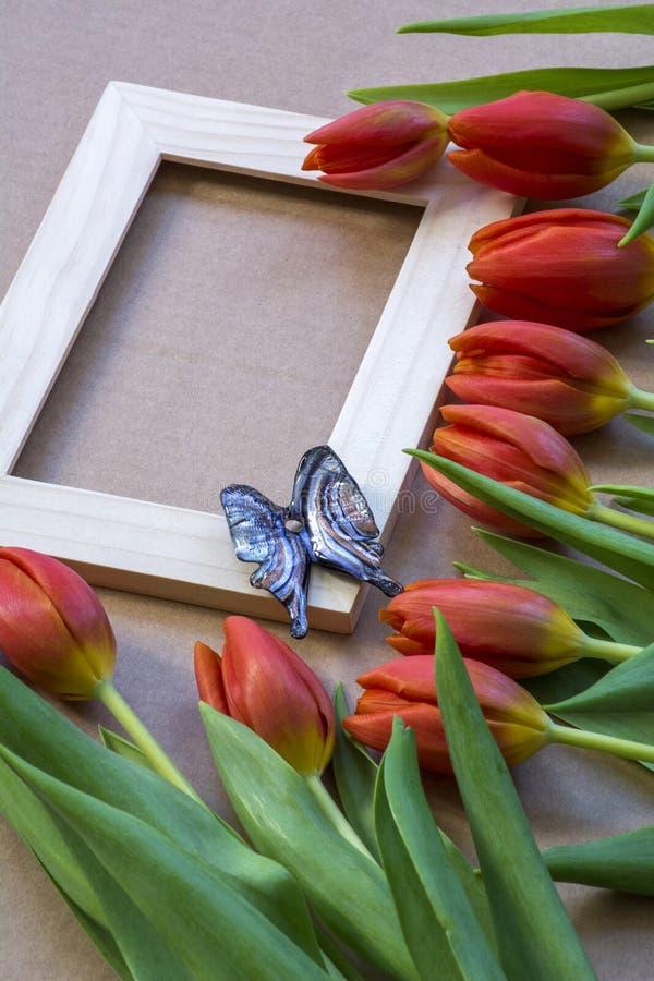 Mariposa Azul De Cristal En El Marco De Madera Con Los Tulipanes ...