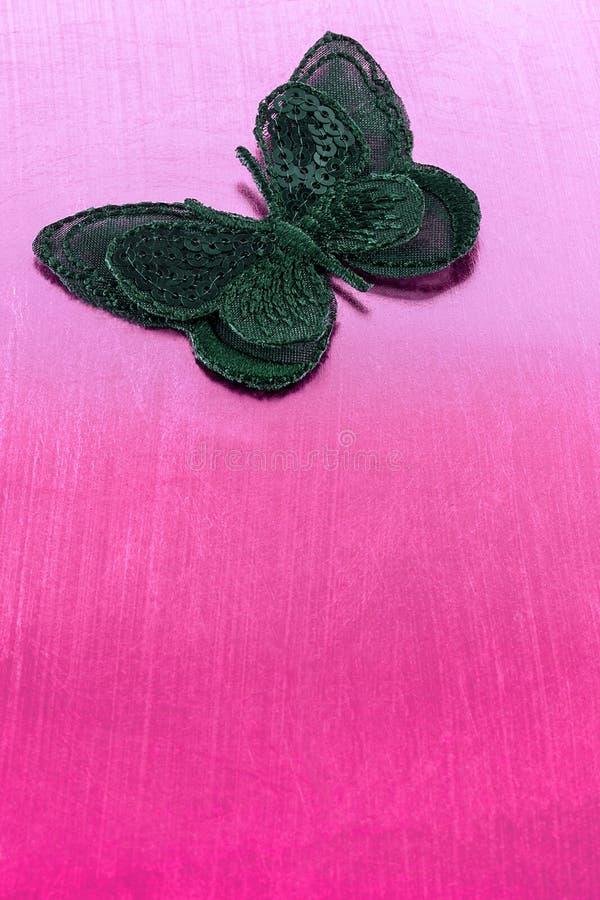 Mariposa de seda negra en fondo rosado fotos de archivo
