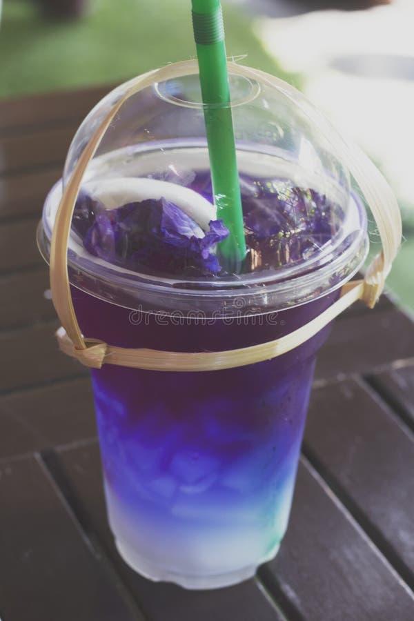 Mariposa Pea Juice Blend Ice en vidrio plástico fotos de archivo libres de regalías