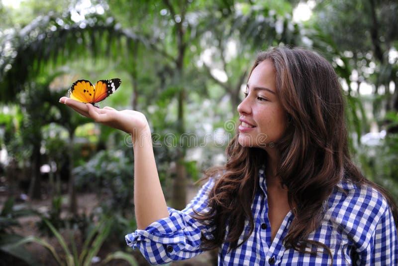 Mariposa y mujer en el bosque foto de archivo