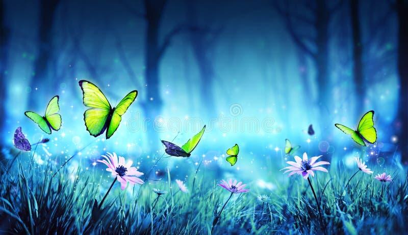 Mariposas de hadas en bosque místico imagenes de archivo