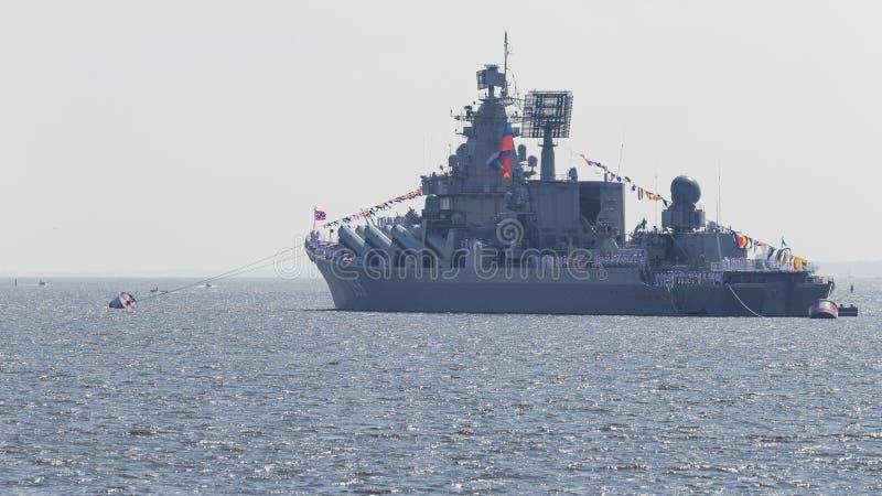 Mariscal Ustinov del crucero de Rocket en desfile foto de archivo libre de regalías