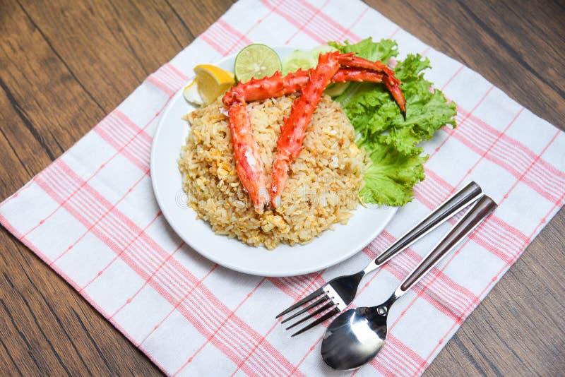 Marisco do caranguejo de Fried Rice no arroz fritado do napery/alimento saud?vel com p?s de caranguejo com lim?o e pepino do ovo  imagens de stock royalty free