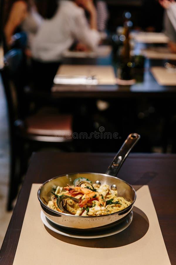 Marisco do Linguine: Linguine com camarões, calamares, mexilhões cozinhados em Olive Oil, pimentões e alho Servido no potenci fotos de stock royalty free
