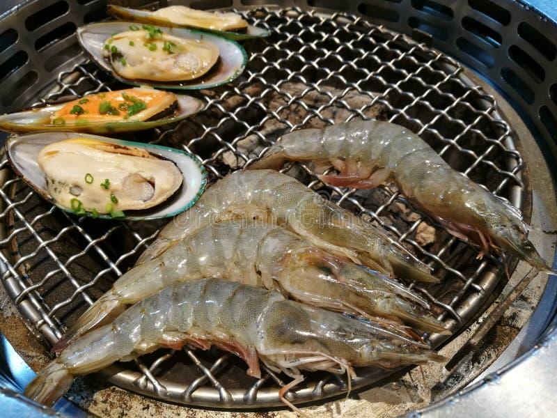 Marisco fresco da ostra e do camarão camarão e marisco do camarão do aperto do shell da garra no fogo Alimento delicioso imagens de stock royalty free