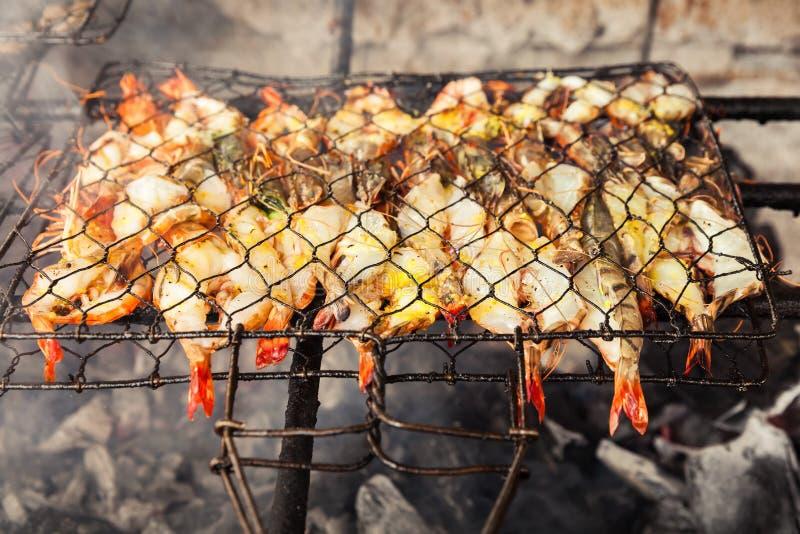 Marisco fresco grelhado: camarões, peixes, polvo, assado do fundo do alimento das ostras/cozimento do marisco do BBQ no fogo imagem de stock royalty free