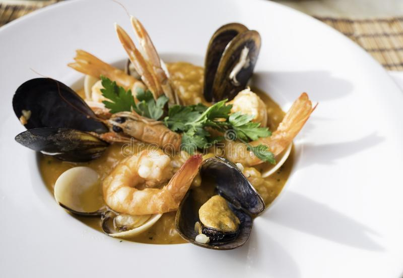 Marisco fresco listo para comer en un plato blanco imagenes de archivo