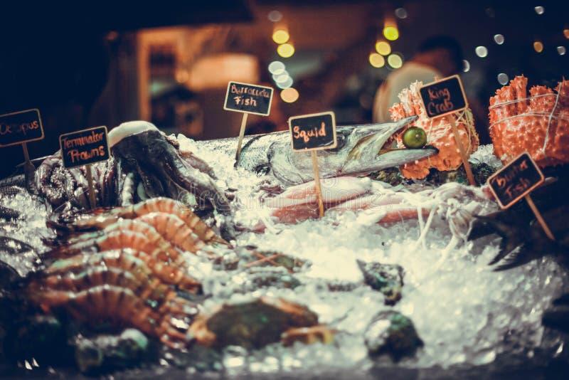 Marisco fresco no gelo no mercado de peixes imagem de stock royalty free