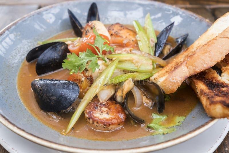 Marisco fresco Stew Served com pão de alho #1 foto de stock royalty free