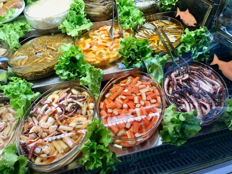 Marisco fresco Surimi, polvo, camarão e peixes sortidos indicados na mostra do bazar turco imagem de stock royalty free