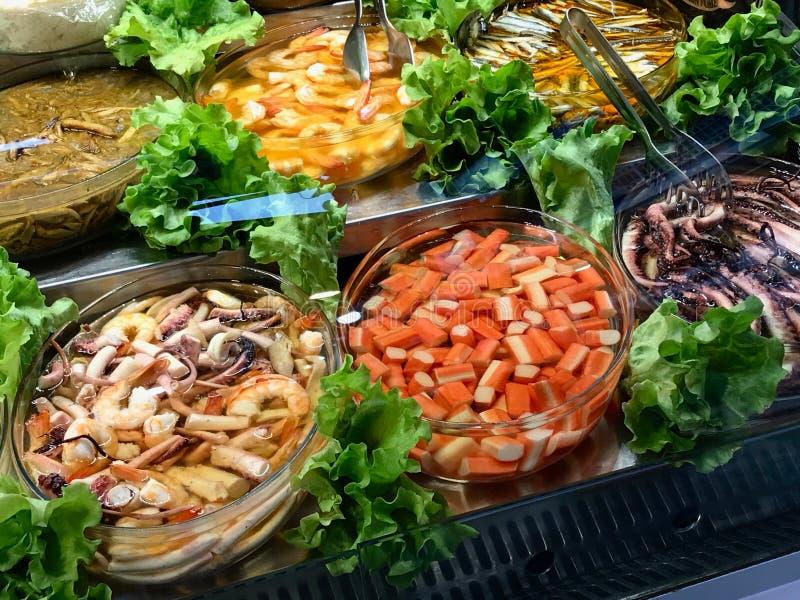 Marisco fresco Surimi, polvo, camarão e peixes sortidos indicados na mostra do bazar turco imagem de stock