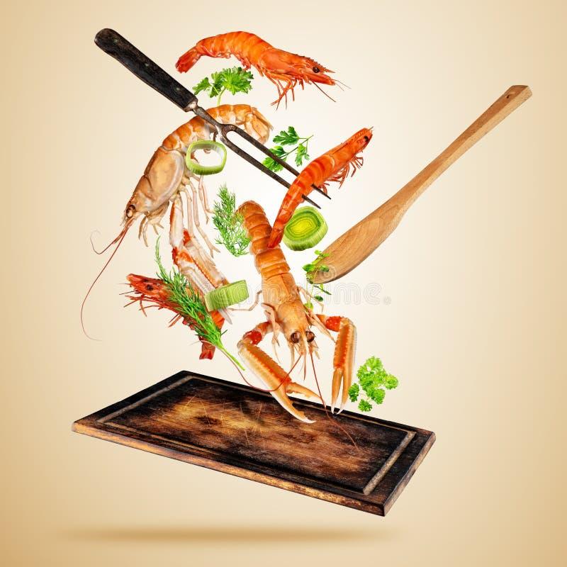 Marisco, gambas frescas y langostas volando sobre el tablero de madera ilustración del vector