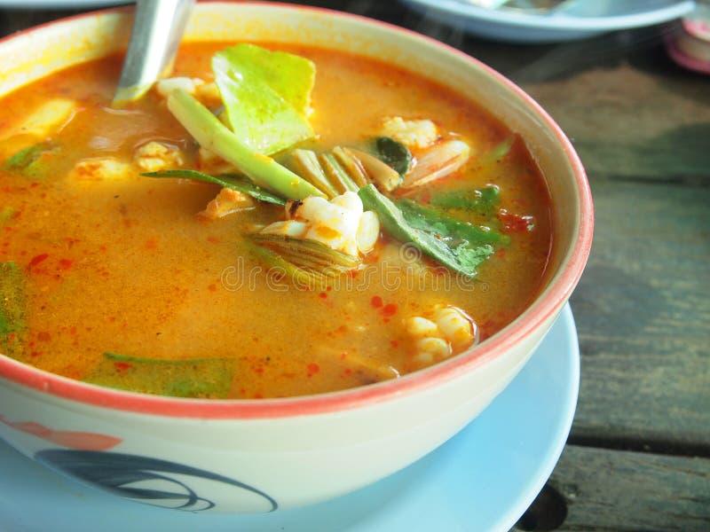 Marisco quente e picante tailandês da sopa com camarão - culinária tailandesa imagem de stock royalty free