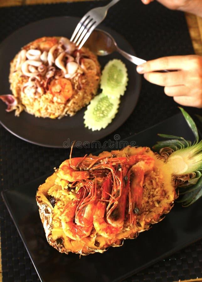Marisco recentemente preparado do arroz fritado do abacaxi imagem de stock