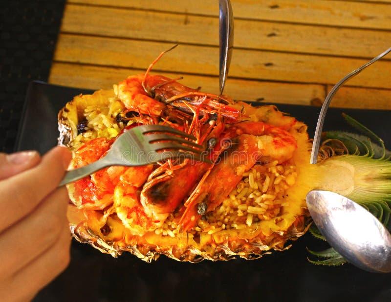 Marisco recentemente preparado do arroz fritado do abacaxi foto de stock