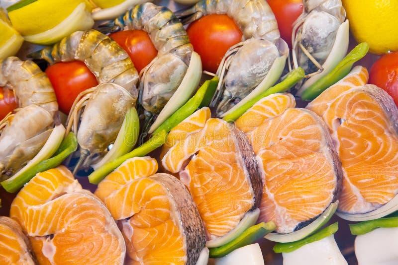 Mariscos asados a la parrilla en el contador de la comida fría imagenes de archivo