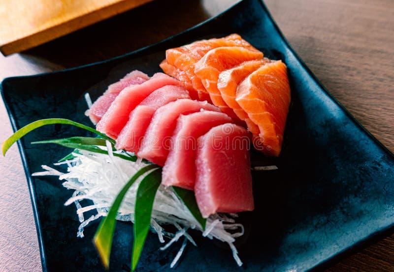 Mariscos del estilo japonés con el sashimi de color salmón y del atún determinado combinado fotografía de archivo
