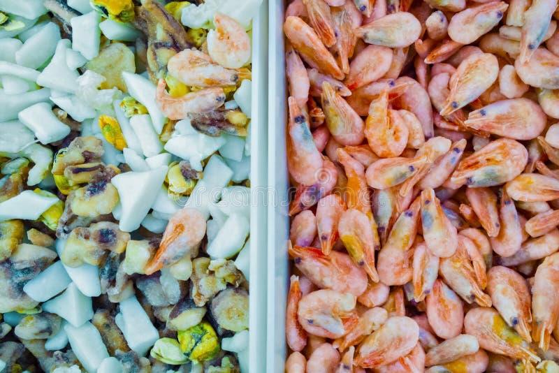 Mariscos en un camarón congelado del envase imagen de archivo
