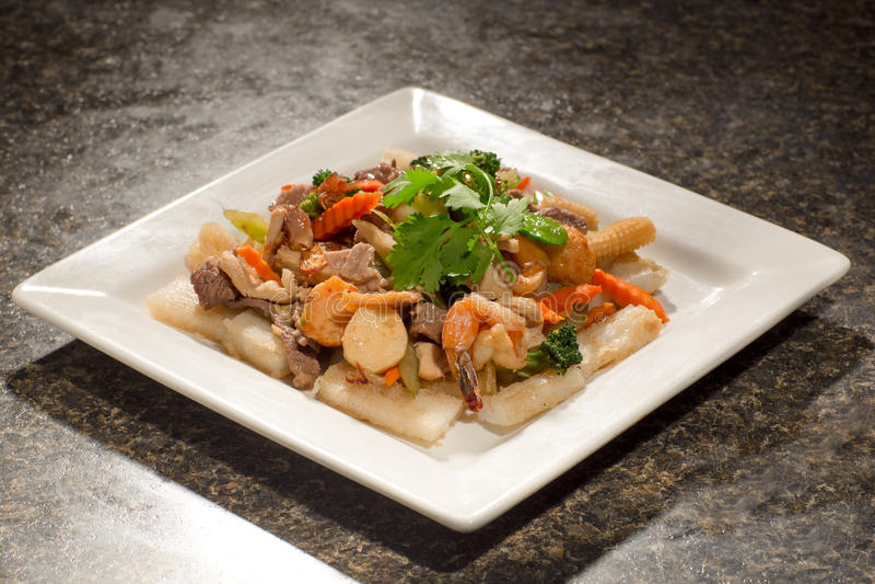 Mariscos salteados de las conchas de peregrino, camarones, tempura con la carne de vaca, zanahoria, fotografía de archivo libre de regalías