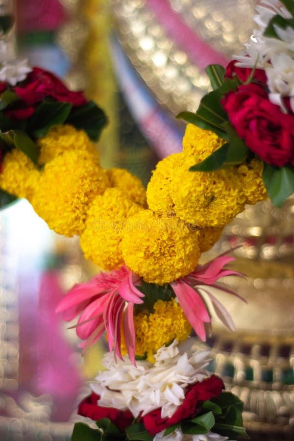 Marisma de flores en un templo hindú en Nueva Delhi, India fotografía de archivo libre de regalías