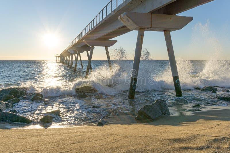 Maritieme brug bij zonsopgang met rotsen royalty-vrije stock foto