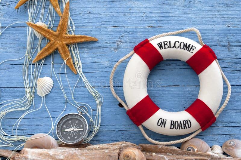Maritieme Decoratie met shells, zeester, varend schip, visnet op blauw afwijkingshout royalty-vrije stock fotografie