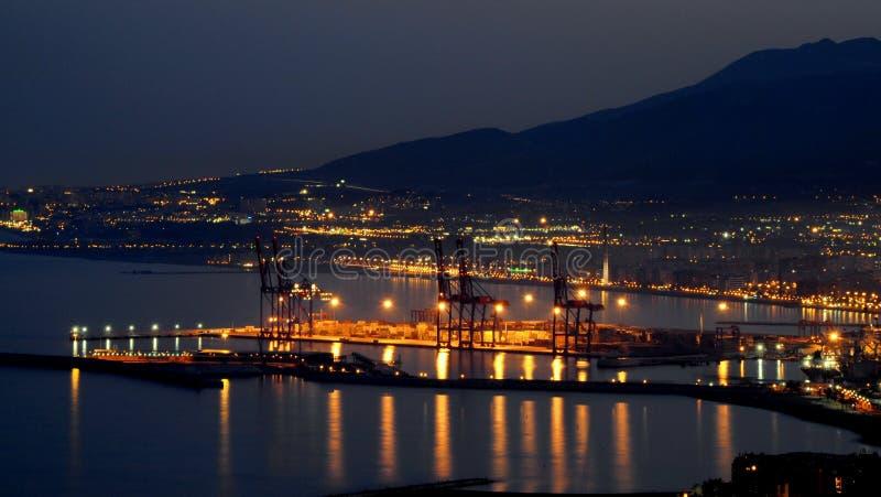 Maritim port av Malaga Spanien på natten med staden av Malaga i bakgrunden arkivbilder