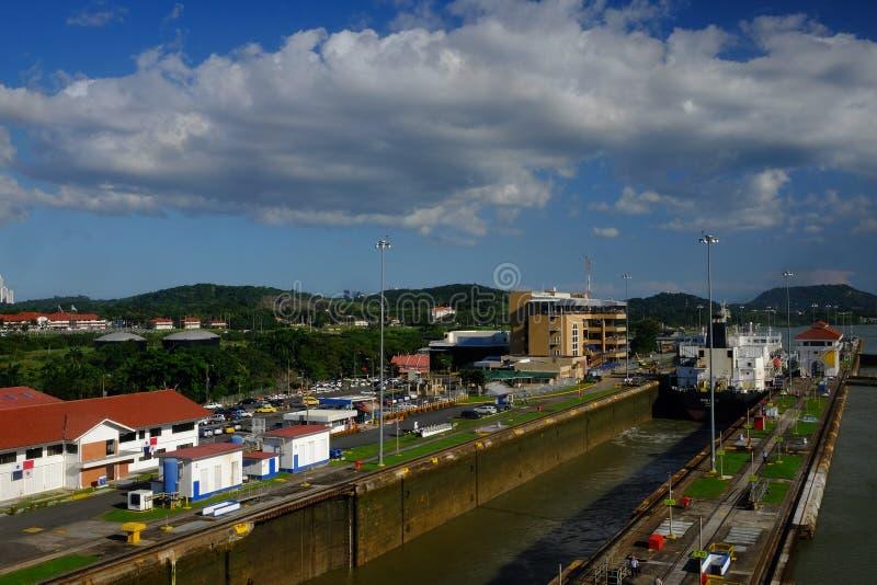 Maritim trafik i den Panama kanalen arkivfoton