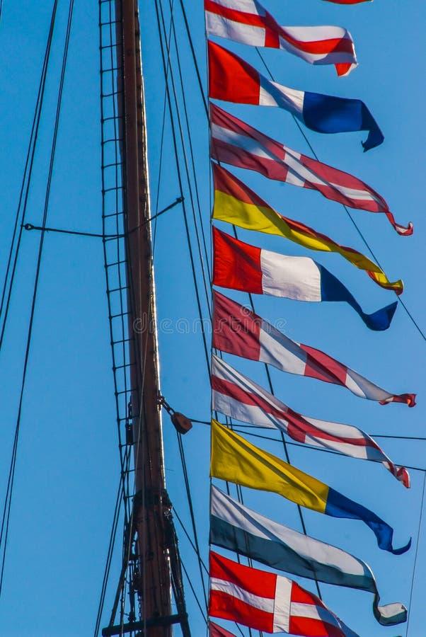 Maritima färgrika signalflaggor royaltyfria foton