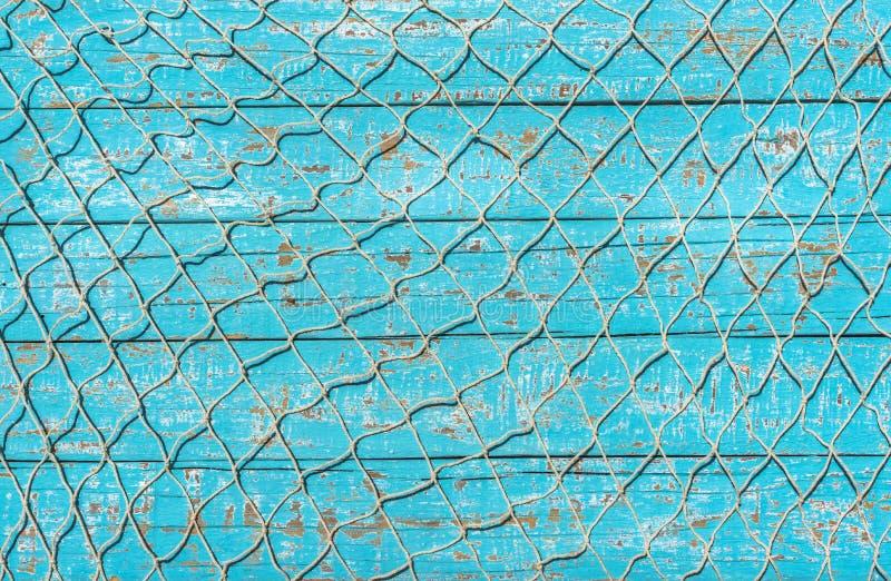 Maritimt fisknät över turkosblåttträdäckbakgrund royaltyfria foton