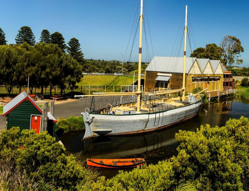 Maritimt museum för flaggstångkulle arkivfoto