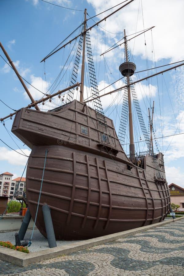 Maritimt museum i form av ett seglingskepp arkivbild
