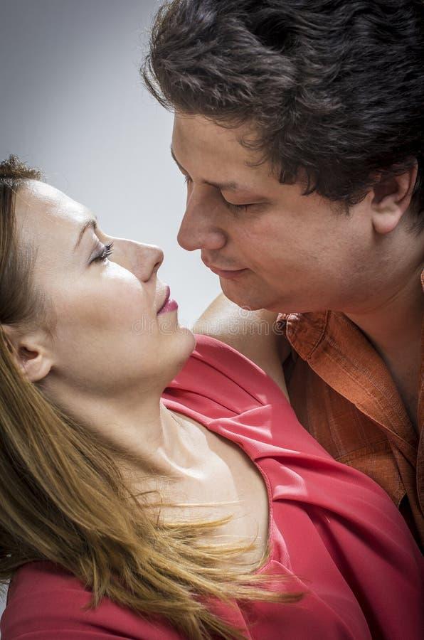 Marito che bacia la sua moglie fotografia stock