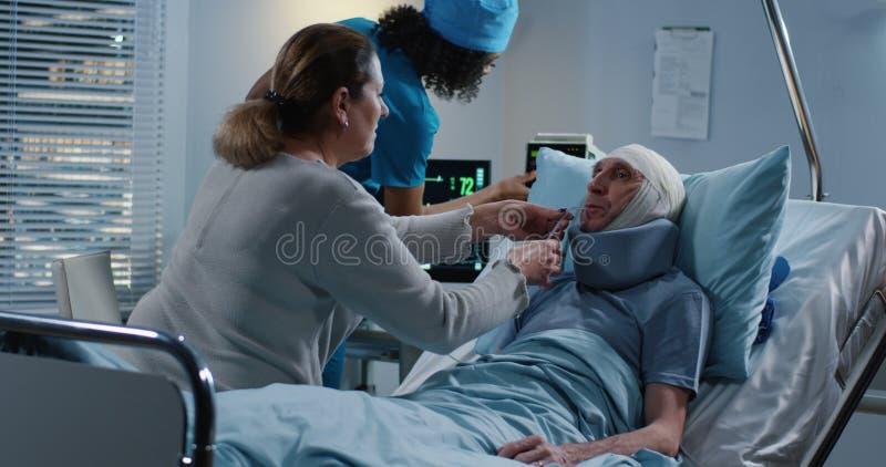 Marito d'alimentazione della moglie in ospedale fotografia stock