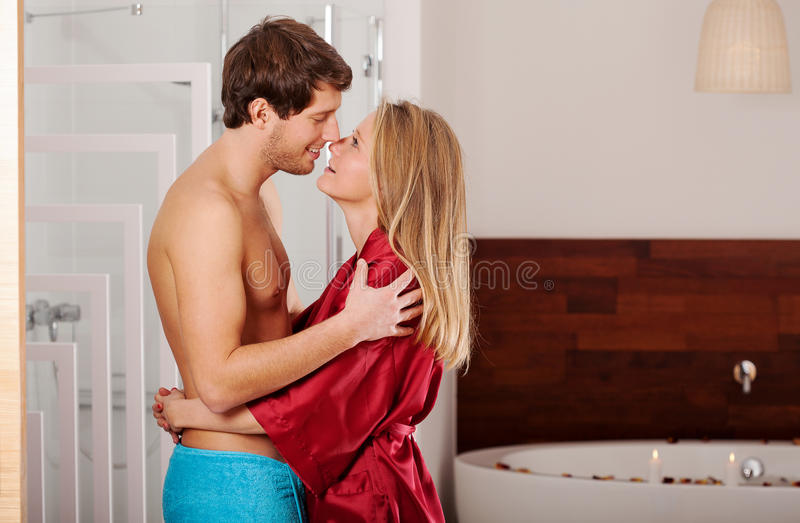 Marito e moglie nel bagno fotografie stock libere da diritti