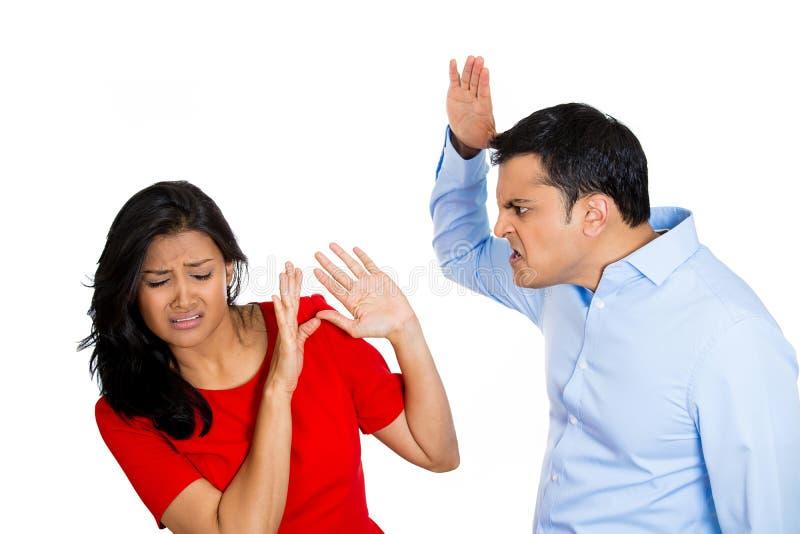 Marito violento circa per colpire la sua moglie fotografia stock