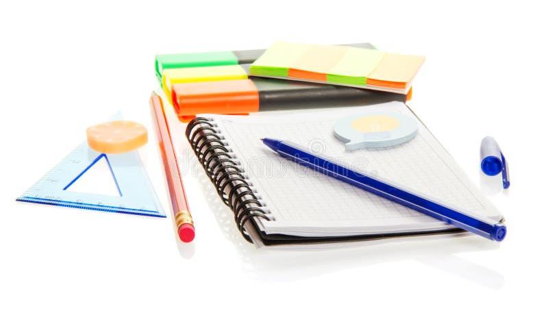 Markör, blyertspenna, handtag och notepad arkivbilder