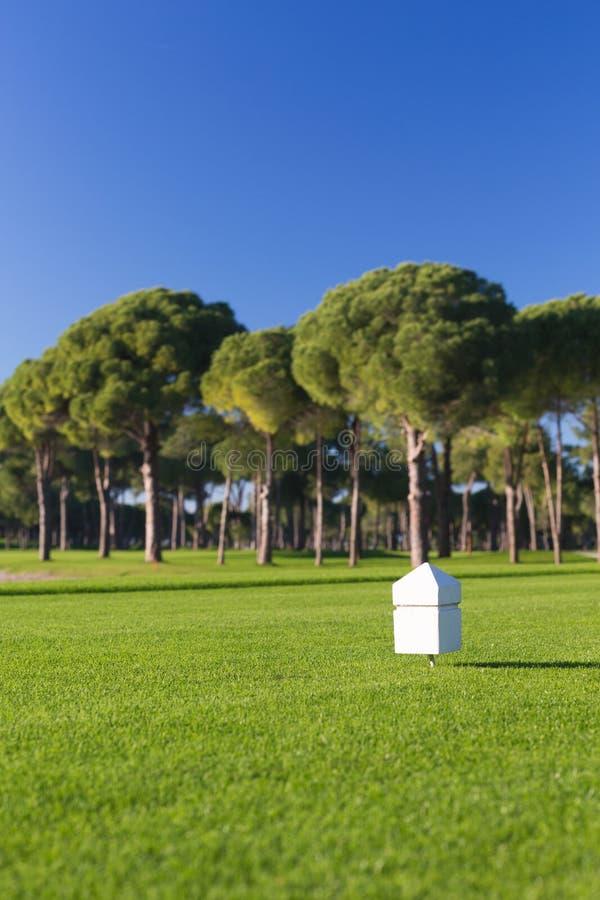 Markör på en teeing jordning av en golfbana royaltyfri bild